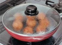 蓋をして、水分が蒸発するまで蒸し焼き